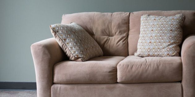 Des colocataires découvrent 40 000$ dans un vieux divan et le redonnent à la