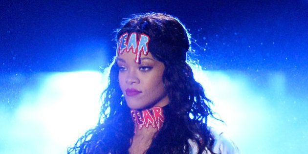 Sur Twitter, Rihanna se moque de la robe de l'une de ses