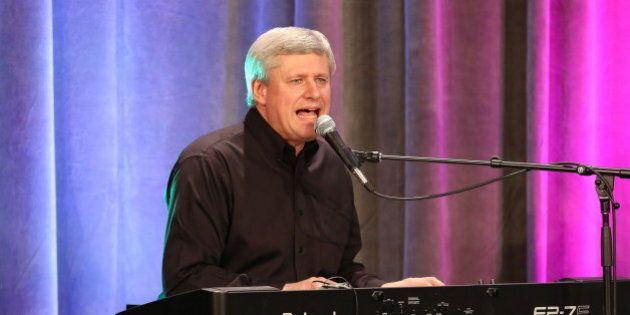 Stephen Harper revient sur scène pour égayer une fête conservatrice