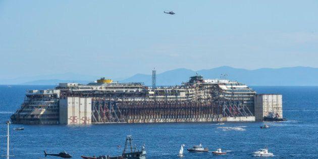 Le Costa Concordia quitte enfin le Giglio sous les yeux de quelques survivants du naufrage