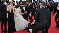 Cannes: il plonge sous la robe d'une