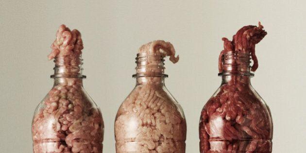 De la nourriture dans des bouteilles en plastique pour faire réfléchir sur notre consommation