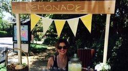 Après avoir tué des vampires, elle vend des limonades