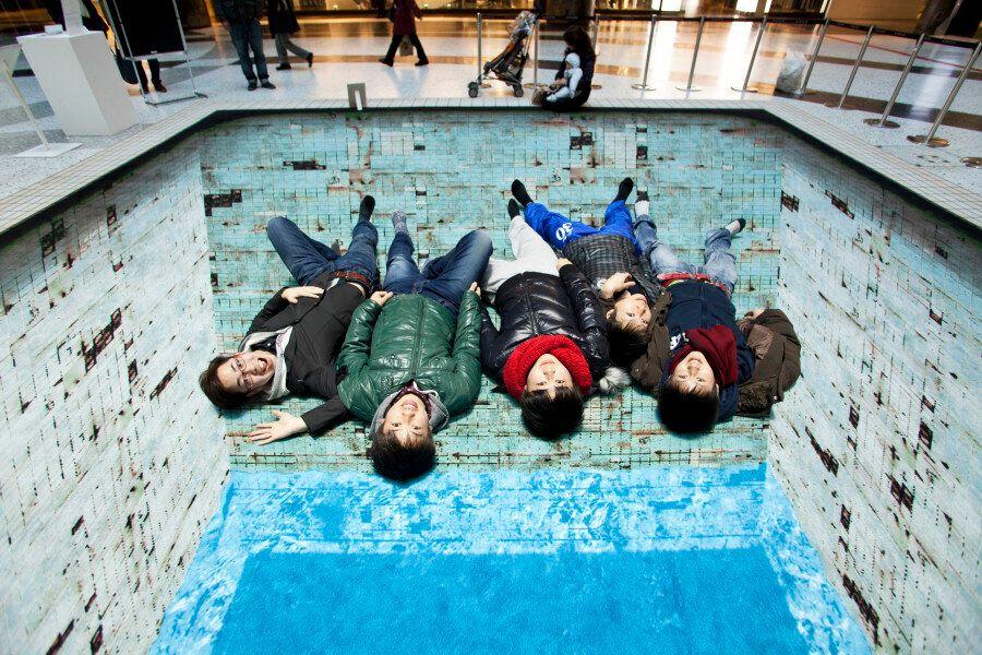 Cette illusion d'optique 3D d'une piscine sert aussi à transmettre un message