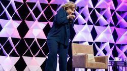 Une femme lance un soulier à Hillary Clinton pendant un