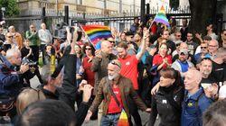 Des militants échangent un baiser devant le consulat russe pour dénoncer