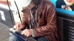 Le talent de ce guitariste de rue va être