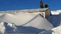 Ils abandonnent leur maison ensevelie sous la neige