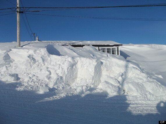 Un couple de Terre-Neuve abandonne sa maison complètement ensevelie sous la neige