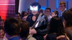 Une fan du chanteur M montre ses seins lors d'une prestation en direct à la télé