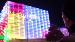 Jouer au cube Rubik sur un immeuble