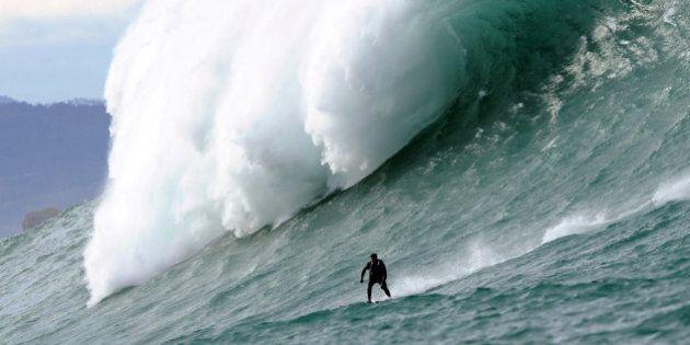 Les surfeurs à l'assaut de la géante «Belharra» au large d'Urrugne au Pays basque