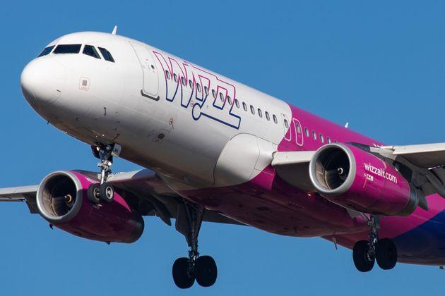 胸が強調され過ぎ?ハンガリーの航空会社の「安全のしおり」がセクシー過ぎると批判に
