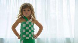 À 4 ans, elle crée de superbes robes en papier