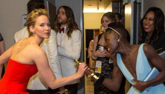 Jennifer Lawrence tente de voler l'Oscar de Lupita Nyong'o