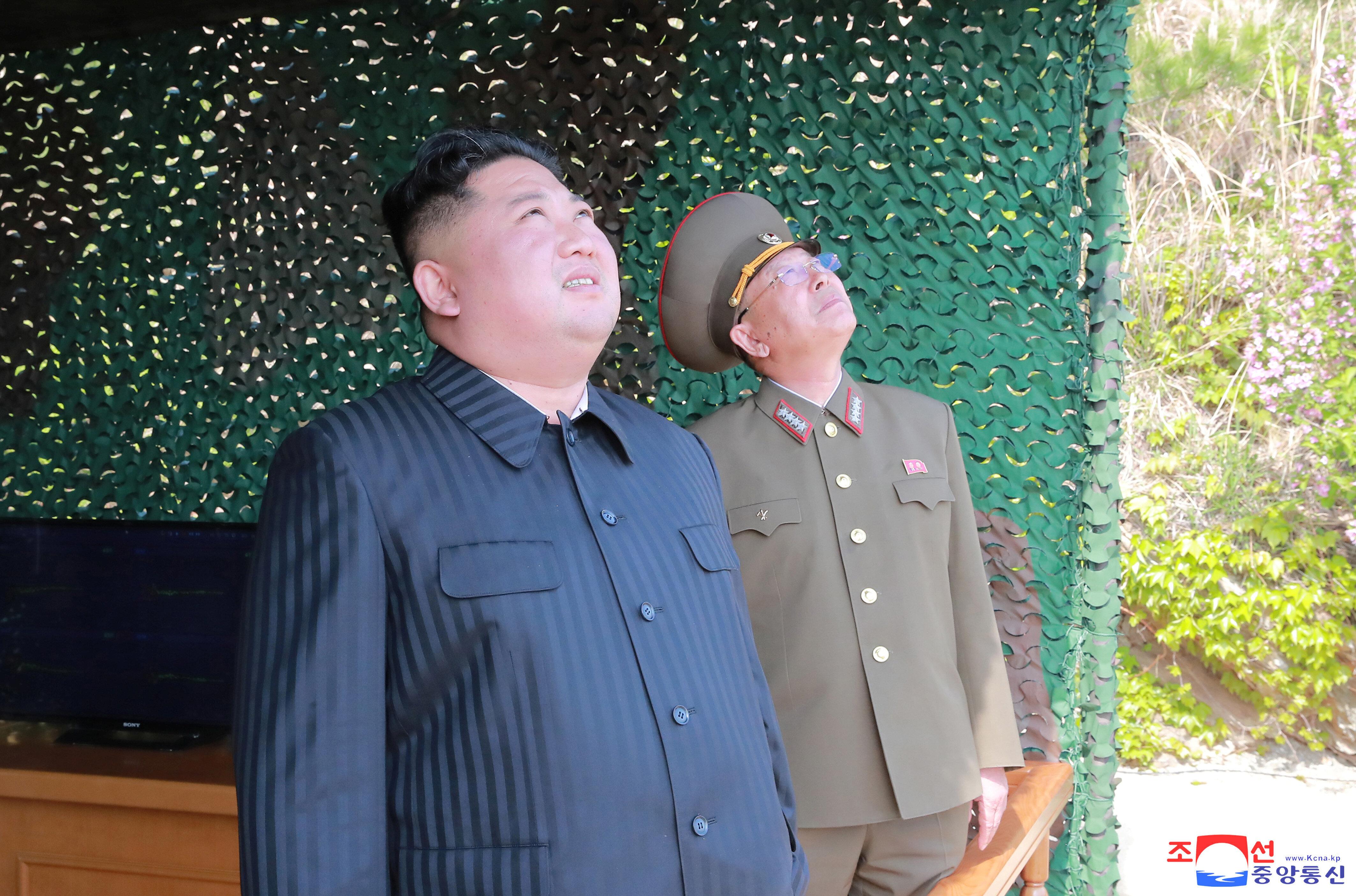 Η Βόρεια Κορέα ανακοίνωσε τη δοκιμή πολλαπλών εκτοξευτήρων πυραύλων μεγάλου