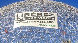 Des militants de Greenpeace grimpent sur la Biosphère