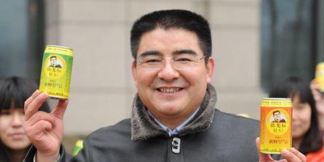 BEIJING, CHINA - JANUARY 30: (CHINA OUT) Chen Guangbiao (R), Chairman of Jiangsu Huangpu Recycling Resources...