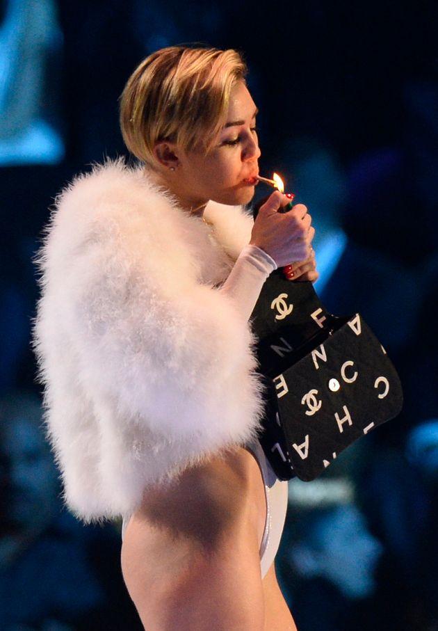 Miley Cyrus fume un joint aux MTV Europe Music Awards (et fait un