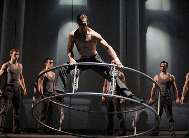 Cirkopolis : la ville sombre du Cirque Éloize