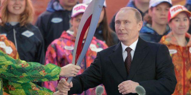 Poutine reçoit la flamme olympique des JO de Sotchi sur fond de