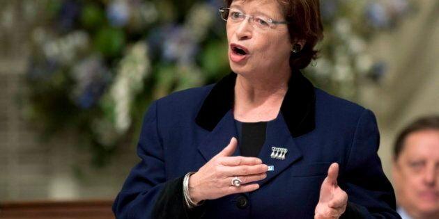 Hausse des taxes scolaires: la ministre de l'Éducation refuse de critiquer les commissions