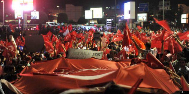 Ovationné par ses partisans, Erdogan appelle à la fin immédiate des