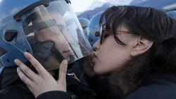 La police porte plainte pour harcèlement sexuel à la suite de ce baiser qui a fait le tour du