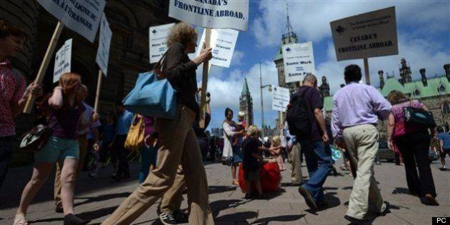 Conflit de travail: 200 diplomates manifestent devant les bureaux de
