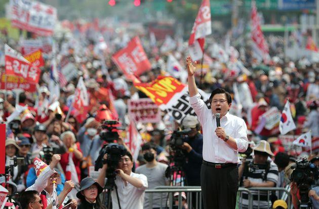 황교안 자유한국당 대표가 4일 오후 서을 세종대로 광화문광장 일대에서 열린 '문재인 STOP, 국민이 심판합니다' 3차 장외집회에서 발언을 하고