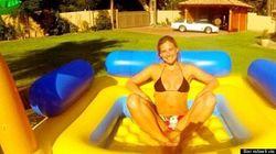Bar Refaeli en bikini dans une piscine pour enfant