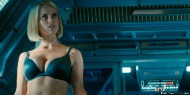 «Star Trek Into Darkness» et Alice Eve sexy en sous-vêtements: le scénariste s'excuse pour la scène