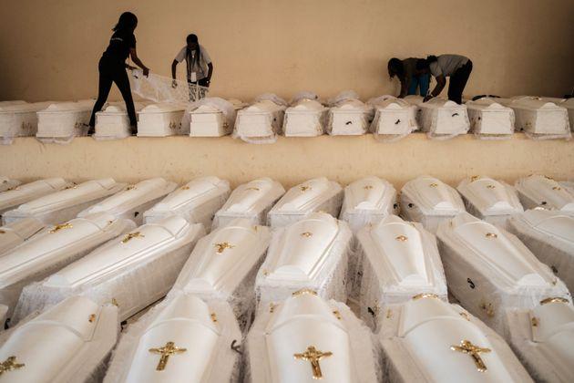 Ces cerceuils blancs contenaient les restes de quelque 85.000 victimes, retrouvées dans des fosses