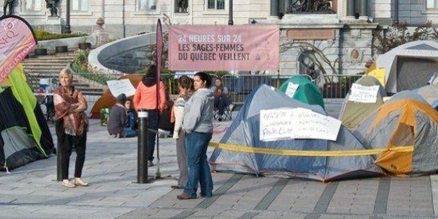 Les sages-femmes manifestent devant les bureaux de Pauline