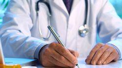 Un médecin prescrit des déclarations de