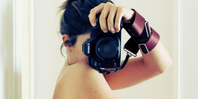 Une femme enceinte se photographie tous les mois dans la même pose