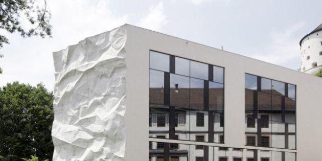 Le mur d'une école en forme de feuille de papier froissé en Autriche