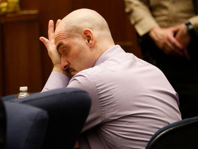 O Άστον Κούτσερ καταθέτει στη δίκη του διαβόητου «Αντεροβγάλτη του
