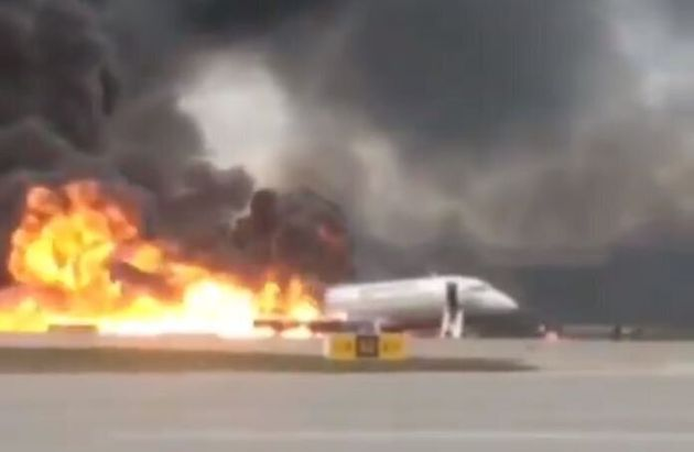 Aereo atterra in fiamme a Mosca, almeno 41