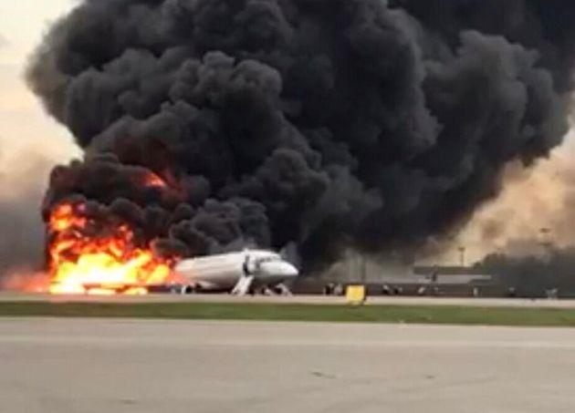 Ρωσία: 41 νεκροί από πυρκαγιά σε αεροπλάνο - Συγκλονιστικές