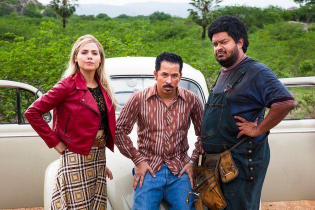 Leticia Colin,Edmilson Filho eHaroldo Guimarães em cena da versão televisiva...