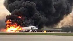 激しい炎と黒煙に包まれたロシア旅客機を、カメラが収めた。
