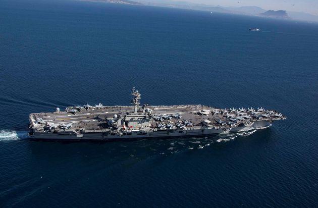 Le porte-avions USS Abraham Lincoln, ici entrant en mer Méditerranée via le détroit...
