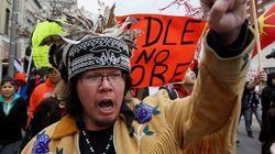 Des Amérindiens bloquent routes, rails et