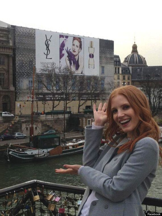 Jessica Chastain pose de manière adorable lors d'une campagne pour Yves Saint-Laurent