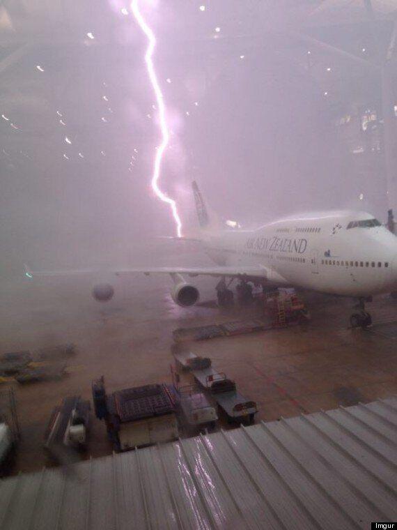 Illusion d'optique: la photo d'un avion qui semble être frappé par la foudre fait le tour du