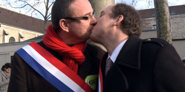 Mariage gay: le baiser des députés PS Yann Galut et Nicolas Bays fait