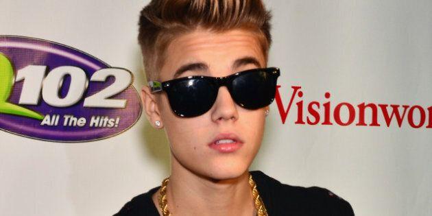 Justin Bieber agrippe le sein d'une de ses fans