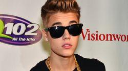 Justin Bieber agrippe le sein d'une de ses