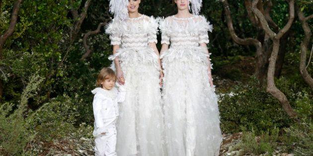 Mariage gay: Chanel fait défiler deux mariées